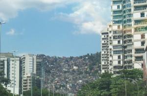 Os edifícios de alta padrão e a favela ao fundo formam o retrato da segregação socioeconômica.