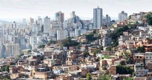 A desigualdade é vista a olho nu no território: de um lado, os prédios do mercado formal; do outro, a precariedade da favela. Foto: JUSP.