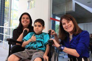 O garoto Andrey tem distrofia muscular e recebe atendimento do Centro de Pesquisa sobre o Genoma Humano e Células-Tronco. Ao lado, Natássia Vieira e Mayana Zatz