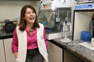 Mayana Zatz, professora do Instituto de Biociências da USP, estuda a distrofia muscular há mais de 40 anos
