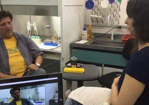 Ana Paula Chinelli conversa sobre o vírus Zika com Paolo Zanotto, do Instituto de Biociências da USP